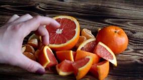 De stapel van citrusvrucht en vrouwenhand stock videobeelden