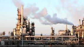 De stapel van de fabrieksrook - Olieraffinaderij - petrochemische installatie stock videobeelden