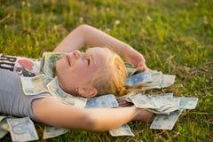 De Stapel van de Holding van het meisje van poetsmiddelgeld Stock Foto's