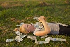 De Stapel van de Holding van het meisje van poetsmiddelgeld Royalty-vrije Stock Afbeelding