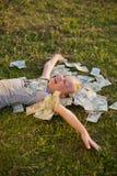 De Stapel van de Holding van het meisje van poetsmiddelgeld Royalty-vrije Stock Foto