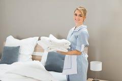 De stapel van de huishoudsterholding van blad stock afbeeldingen