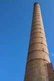 De stapel van de schoorsteen/van de rook bij verlaten fabrieksplaats Royalty-vrije Stock Foto