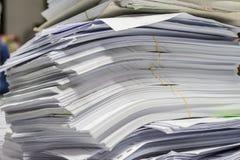 De stapel van document lag wanordelijk in de bergruimte royalty-vrije stock foto's