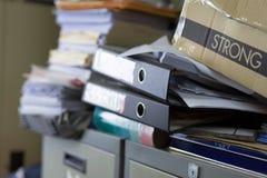 De stapel van document lag wanordelijk in de bergruimte royalty-vrije stock afbeelding