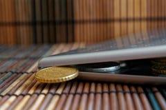 De stapel van Euro muntstukken in spiegel denkt na de portefeuille op houten bamboelijst ligt de brede hoekbenaming als achtergro Royalty-vrije Stock Foto's
