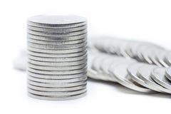 De stapel van geldmuntstukken isoleert op witte achtergrond stock afbeelding