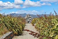 De stapel van grijze keien dichtbij Tarakena-Baai, het Noordeneiland, Nieuw Zeeland werd gebouwd als herinnering van de ruwe gebr royalty-vrije stock afbeeldingen
