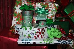 De stapel van helder gekleurde verpakte Kerstmis stelt met groene bogen met een Vrolijke Kerstmismarkering voor - selectieve nadr royalty-vrije stock foto's