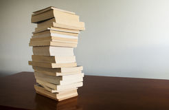 De Stapel van het boek op Lijst Stock Foto's