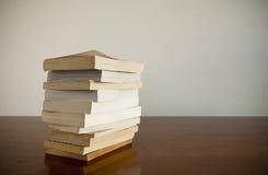 De Stapel van het boek op Lijst Stock Foto