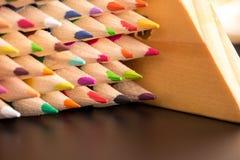 De stapel van het kleurenpotlood op zwarte lijst Royalty-vrije Stock Afbeelding
