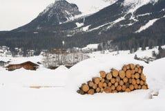 De Stapel van het logboek in Oostenrijkse Alpen stock afbeeldingen