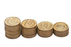 De stapel van het muntstuk die op witte exemplaarruimte wordt geïsoleerde Stock Foto