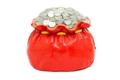 De stapel van het muntstuk omhoog in rode die zak, van pleister wordt gemaakt. geïsoleerda Stock Foto's