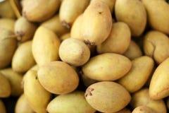 De stapel van het sapodillafruit in de markt royalty-vrije stock afbeeldingen