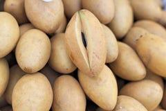De stapel van het sapodillafruit in de markt royalty-vrije stock foto's