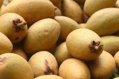 De stapel van het sapodillafruit op de achtergrond Stock Afbeelding