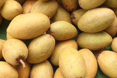 De stapel van het sapodillafruit op de achtergrond royalty-vrije stock foto's