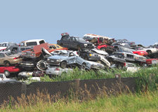 De stapel van junked en sloopte auto's. Stock Foto