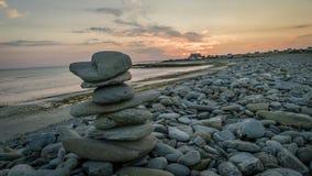 De stapel van Kern van rotsen in Plozevet in Bretagne, timelapse na zonsondergang, Frankrijk stock videobeelden