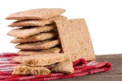 De stapel van kernachtig brood op een houten lijst isoleerde witte achtergrond stock foto