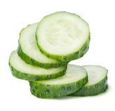 De stapel van komkommerplakken die op witte achtergrond wordt geïsoleerd Stock Foto's