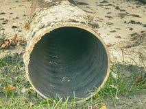 De stapel van de metaalpijp op grond De rond gemaakte vorm van de ijzerpijp klaar voor gebruik stock foto