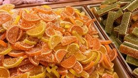 De stapel van multi-colored marmelade en de snoepjes zijn op de teller van de opslag of de bazaar stock videobeelden