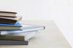 De stapel van notaboeken op lijststudio schoot dicht omhoog Stock Fotografie