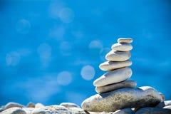 De stapel van stenen over blauwe Adriatische overzees Stock Fotografie
