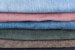De stapel verschillende jeans sluit omhoog Stock Foto's
