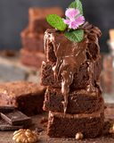 de stapel vierkante stukken van gebakken browniechocolade goot op bruine houten raad stock foto's