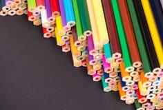 De stapelregeling van kleurenpotloden Stock Afbeeldingen