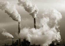 De stapels die van de rook de planeet verontreinigen Stock Foto's