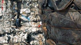De stapels van afval bij een grote stortplaats, sluiten omhoog stock footage