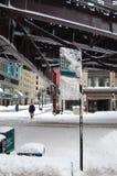 De Stapels van de sneeuw onderaan Chicago Gr leiden Sporen op Stock Foto's