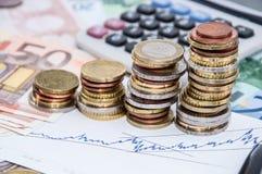 De Stapels van het geld op Rekeningen Stock Afbeeldingen