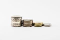 De stapels van het muntstuk op witte achtergrond Royalty-vrije Stock Afbeelding