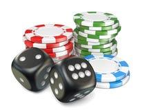 De stapels van rode, groene, blauwe het gokken spaanders en zwarte dobbelt 3D Stock Fotografie