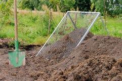 De stapelzeef van het compost stock foto