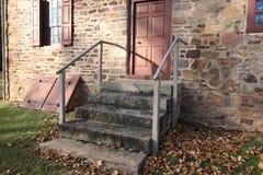De stappen die tot de oude steenboerderij leiden stock afbeelding