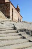 De stappen sneden in de rots, die tot de kerk in de holstad leiden van Uplistsikhe, Georgië Royalty-vrije Stock Fotografie