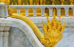 De stappen van NAGA de koning van nemen in Borommangalanusaranee heimelijk Stock Foto's