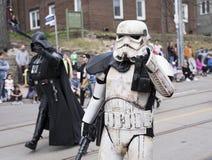 De Star Wars-karakters Stormtrooper en Darth Vader lopen langs de Koningin St E Toronto tijdens de Parade 2017 van Strandenpasen stock foto