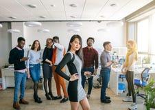 De start bedrijfsarbeiders worden geleid door modieus Aziatisch uitvoerend wijfje stock afbeeldingen