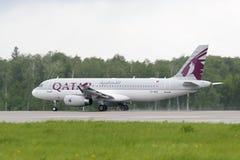 De start van de de luchtvaartlijnenluchtbus van Qatar A320 Royalty-vrije Stock Foto