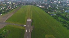 De start van het passagierslijnvliegtuig bij schemer, stadsluchthaven, aanwinstenhoogte 4K stock video