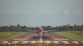 De start van het passagiersvliegtuig van de luchthaven van Hanover stock footage