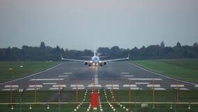 De start van het passagiersvliegtuig van de luchthaven van Hanover bij zonsondergang stock footage